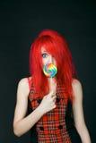 Redheadmädchen mit Lutscher Lizenzfreie Stockbilder
