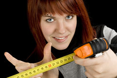Redheadmädchen mit messendem Hilfsmitteltabellierprogramm Stockfotografie