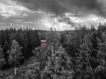 Redhouse在森林里 免版税库存照片
