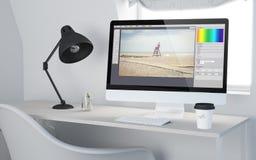 redigieren Tischplattenwiedergabefoto des arbeitsplatzes 3d Software Stockbilder