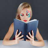 Reding Buch der jungen Frau Lizenzfreie Stockfotos