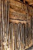 Redini del cablaggio del cavallo da tiro dell'annata nella vecchia stanza di puntina Immagine Stock Libera da Diritti
