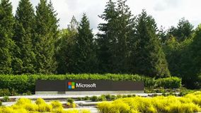 REDMOND WASHINGTON, USA SEPTEMBER 3, 2015: bred sikt av den Microsoft Windows logoen och namn på seattle arkivfoto