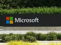 REDMOND WASHINGTON, USA SEPTEMBER 3, 2015: slut upp den yttre sikten av den Microsoft Windows logoen och namn på seattle royaltyfria foton
