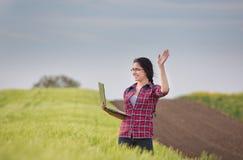 Średniorolna dziewczyna z laptopem w polu Obrazy Royalty Free