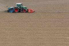 Średniorolne obsiewanie uprawy przy polem Zdjęcia Royalty Free