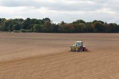Średniorolne obsiewanie uprawy przy polem Obraz Royalty Free