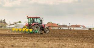 Średniorolny obsiewanie, wysiewne uprawy przy polem Zdjęcie Stock