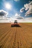 Średniorolny obsiewanie, wysiewne uprawy przy polem Zdjęcia Stock