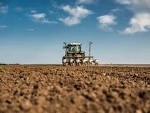 Średniorolny obsiewanie, wysiewne uprawy przy polem Obraz Stock