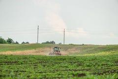 Średniorolny obsiewanie, wysiewne uprawy przy polem Obraz Royalty Free