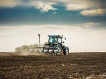 Średniorolny obsiewanie, wysiewne uprawy przy polem Fotografia Royalty Free