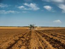 Średniorolny obsiewanie, wysiewne uprawy przy polem Fotografia Stock