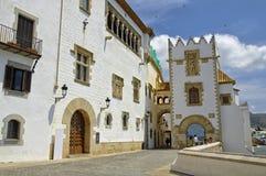 Średniowieczna ulica w Sitges, Hiszpania Zdjęcia Royalty Free