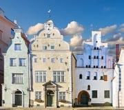 Średniowieczna ulica z dekoracyjnymi drzwiami Ryski miasto, Latvia Fotografia Royalty Free