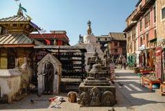 Średniowieczni budynki i struktury otacza Swayambhunath stupa Obrazy Stock