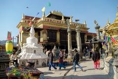 Średniowieczni budynki i struktury otacza Swayambhunath stupa Zdjęcie Stock