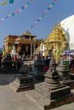 Średniowieczni budynki i struktury otacza Swayambhunath stupa Fotografia Stock