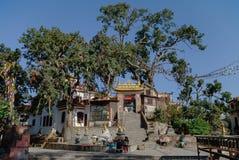Średniowieczni budynki i struktury otacza Swayambhunath stupa Zdjęcie Royalty Free