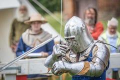 Średniowieczny rycerz swordfighting Obrazy Royalty Free