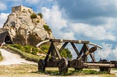 Średniowieczny trebuchet przy górskiej chaty Des Baux de Provence, Francja Zdjęcia Stock