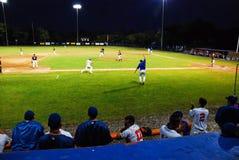 Redondeando tercero, y hogar ido a en la liga de béisbol de Cape Cod foto de archivo libre de regalías