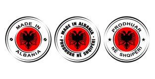 ` Redondo de la etiqueta hecho en el ` de Albania con la bandera, icono doble del águila Fotos de archivo libres de regalías