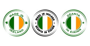 ` Redondo de la etiqueta hecho en el ` de Irlanda con la bandera y el trébol Foto de archivo libre de regalías
