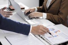 Redovisningsplanläggning, investeringledning som möter konsulenter, ledninggranskning, presentation av idéer arkivfoton
