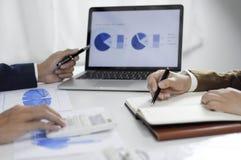 Redovisningsplanläggning, investeringledning som möter konsulenter, ledninggranskning, presentation av idéer royaltyfri bild