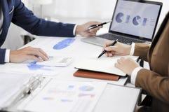 Redovisningsplanläggning, investeringledning som möter konsulenter, ledninggranskning, presentation av idéer arkivfoto