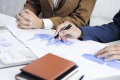 Redovisningsplanläggning, investeringledning som möter konsulenter, ledninggranskning, presentation av idéer fotografering för bildbyråer