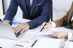 Redovisningsplanläggning, investeringledning som möter konsulenter, ledninggranskning, presentation av idéer arkivbilder
