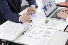 Redovisningsplanläggning, investeringledning som möter konsulenter, ledninggranskning, presentation av idéer royaltyfri foto