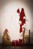 Redskap av Santa Claus - omslag, hatt, kängor, säck och pulka Royaltyfri Foto