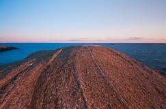 Redsunset rotsachtige kustlijn Stock Fotografie