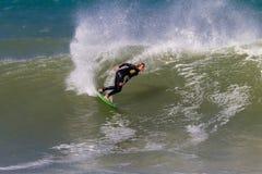 Reducción del jinete de la mujer que practica surf Foto de archivo