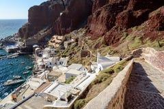 Reduce al puerto de Oia en la isla de Santorini, Grecia Fotos de archivo