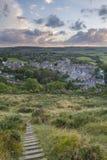 Reduce la colina al pueblo Imagen de archivo libre de regalías