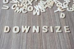 REDUCEER de omvang van woord van houten alfabetbrieven Zaken en Idee royalty-vrije stock fotografie