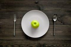 Reduktionsdiät Apple an der Platte auf Draufsicht des hölzernen Hintergrundes Lizenzfreie Stockfotografie