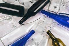 Reduza reusar recicl Classificando o desperd?cio As garrafas de vidro coloridas vazias são preparadas reciclando no fundo escuro  foto de stock royalty free