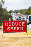 Reduzca la advertencia de la calle de la señal de tráfico de la velocidad Imagenes de archivo