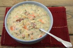 Reduzca la sopa poner crema cocinada Fotografía de archivo
