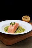 Reduzca los salmones cocinados con las habas de Fava trituradas Foto de archivo libre de regalías
