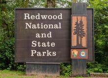 Redwood εθνικό και ευπρόσδεκτο σημάδι κρατικών πάρκων στοκ φωτογραφία με δικαίωμα ελεύθερης χρήσης