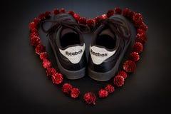 Reebok skor i röd hjärta arkivfoton
