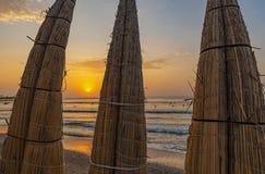 Reed Boats traditionnel par l'océan pacifique, Pérou photo stock