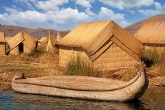 Reed Huts Boat Lake Titicaca som svävar ön Arkivbild