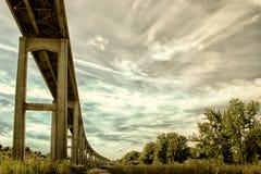 Reedy Point Bridge contra el cielo Foto de archivo